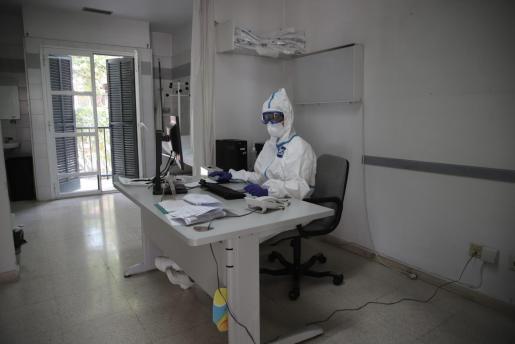 Un sanitario, en un centro de salud de Palma durante la pandemia.