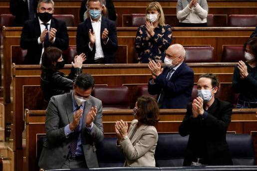 El presidente del Gobierno, Pedro Sánchez, aplaude la intervención de la portavoz socialista, Adriana Lastra, este jueves durante el pleno del Congreso con el que los Presupuestos de 2021.