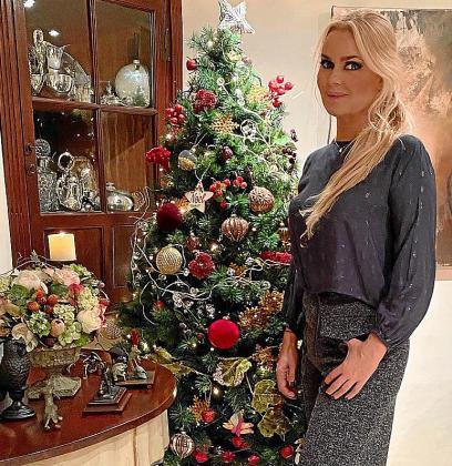 Evelyn Morell, en su casa, junto al árbol de Navidad.