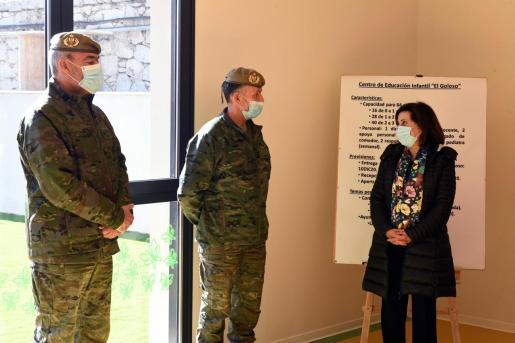 """La ministra de Defensa calificó duramente las conversaciones privadas de los exmilitares que han saltado a la luz pública. En la imagen, durante su visita al Centro de Educación Infantil de """"El Goloso"""" en la Base Militar del mismo nombre en Madrid."""