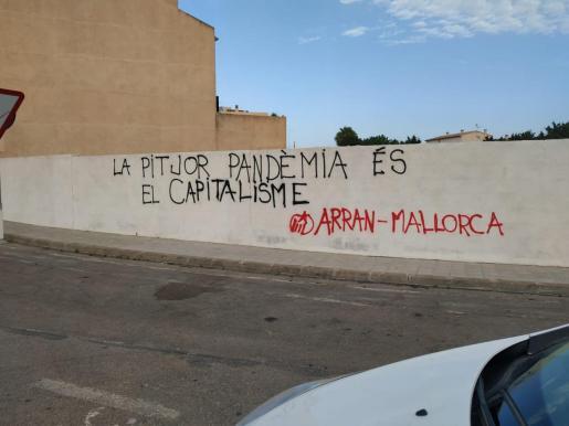 Pintada en Santanyí que fue objeto de investigación por constituir un supuesto boicot al turismo local.