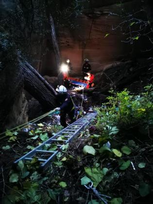 Un momento del rescate de un hombre que pasó horas inconsciente en una cantera de Llucmajor.