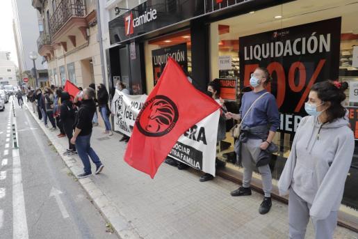 Los miembros de la Casa Obrera se han concentrado este viernes por la mañana frente a la sede principal de Cajamar.