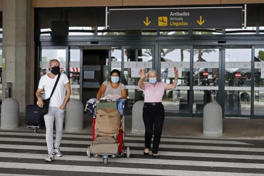 Turistas a su llegada al aeropuerto de Mahón el pasado mes de junio.
