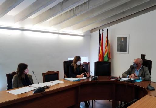 La consellera de Salut, Patricia Gómez, y la directora general de Salut Pública, Maria Antònia Font, se reunirán con el equipo de gobierno del Ajuntament de sa Pobla, encabezado por el alcalde, Llorenç Gelabert, para abordar esta situación.