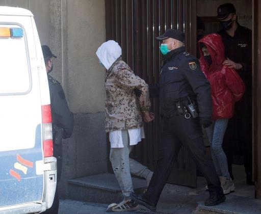 El bailarín y coreógrafo Rafael Amargo y su pareja salen esposados para ser trasladados desde la comisaría del distrito de Centro hasta los juzgados de Plaza de Castilla. Fue en las dependencias policiales donde supuestamente tuvo lugar la situación narrada.