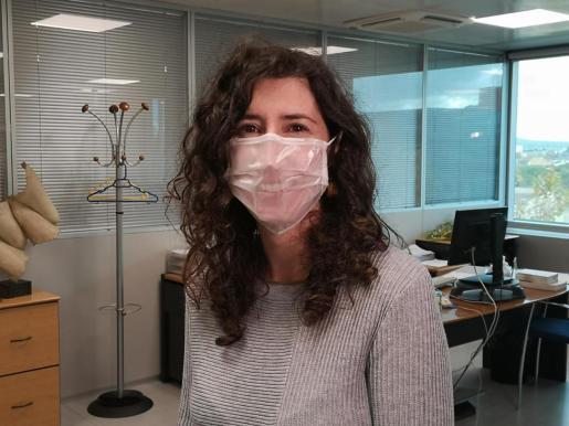 La directora general de Primera Infancia, Innovación y Comunidad Educativa, Amanda Fernández, con una de las mascarillas transparentes que se repartirán entre los centros.