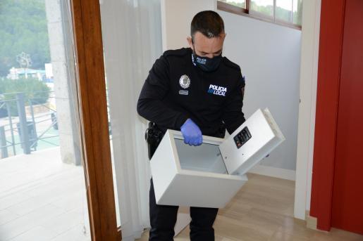 Un agente de la Policía Local de Andratx con la caja que fue hallada en plena calle.