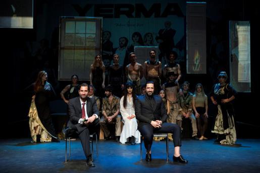 El bailarín Rafael Amargo, acompañado por su abogado, Cándido Conde Pumpido, en una rueda de prensa.