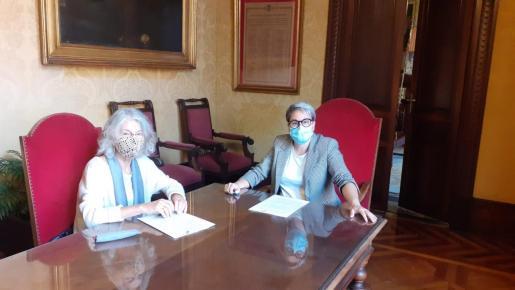 La regidora de Justicia Social, Feminismo y LGTBI de Palma, Sonia Vivas, y la presidenta de Asociación de Amigos del Pueblo Saharaui de Baleares, Catalina Rosselló, han firmado un convenio de colaboración.