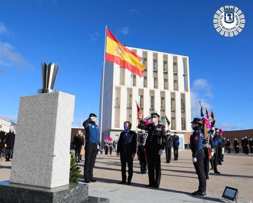 Almeida en el izado de la bandera junto con el nombramiento de la XII promoción de Subinspectores de la Policía Municipal de Madrid.