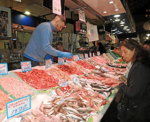 La reducción del aforo de las cenas familiares por Navidad a 10 personas supondrá una transformación del menú. Las piezas grandes de aves, carnes y pescados tendrán más dificultad para entrar en la cesta de la compra.