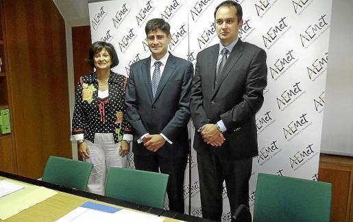María José Guerrero, Daniel Cano y Cayetano Torres, durante la visita. FOTO: GABRIEL ALOMAR.