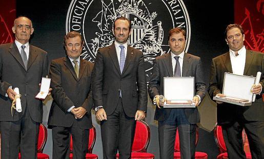 Los premiados junto al presidente de la Cámara, Joan Gual de Torrella, y el president del Govern, José Ramón Bauzá.