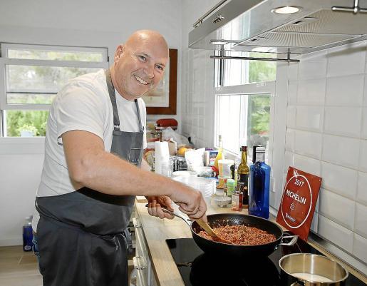 Marc Fosh cocinando uno de los platos incluidos en la carta.