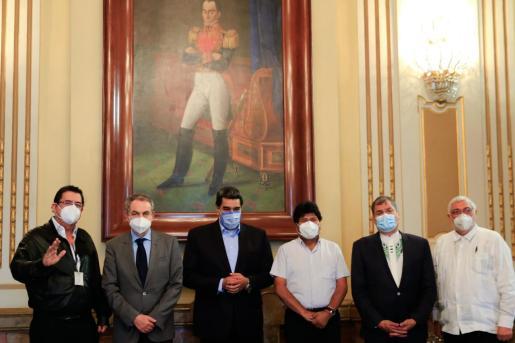 Fotografía cedida por Prensa de Miraflores donde se observa al presidente de Venezuela Nicolás Maduro (c), en un encuentro con Manuel Zelaya (i), José Luis Rodríguez Zapatero (2i), Evo Morales (3d), Rafael Correa (2d) y Fernando Lugo (d), en Caracas (Venezuela).