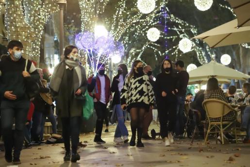 La proximidad de la Navidad ha animado a muchas personas a salir a las calles de Mallorca.
