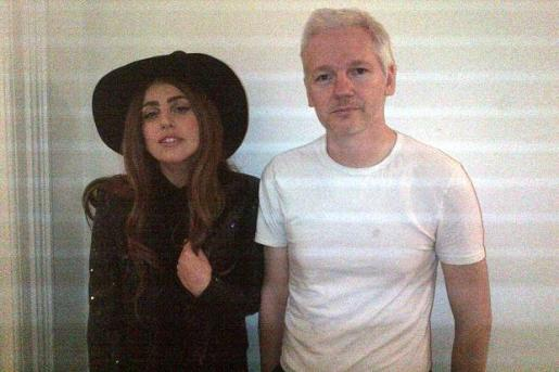La cantante Lady Gaga ha visitado al fundador de Wikileaks, Julian Assange, en Londres.