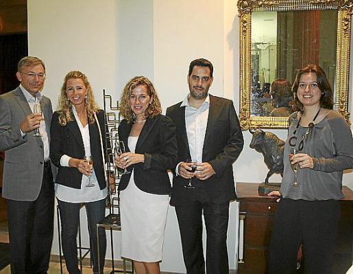Enrique Llobell, Amparo Garau, Rosa Marco, Biel Mesquida y Mar Muñoz, en la acogedora sala de visitas de la clínica.