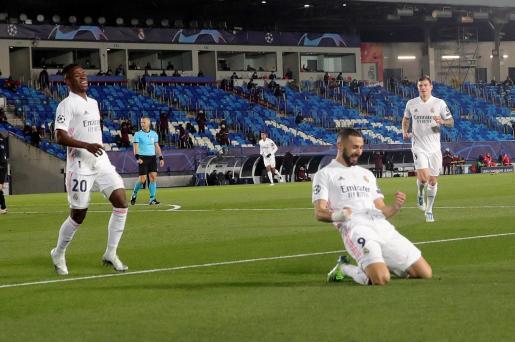 El delantero francés del Real Madrid, Karim Benzema celebra uno de sus goles ante el Borussia Monchengladbach.