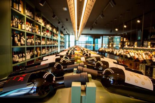 Con más de 2.000 referencias expuestas, 1898 Drinks Boutique cuenta con servicio 'online' y envío a domicilio.