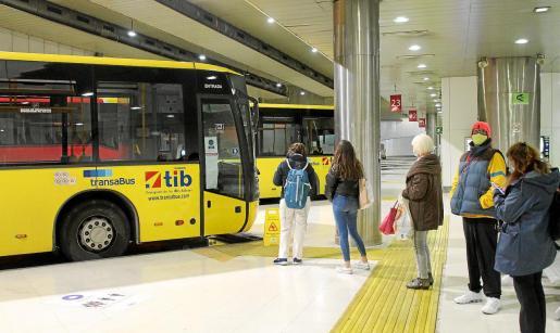 Con el nuevo sistema tarifario, habrá que pasar la tarjeta al subir y al bajar del autobús.