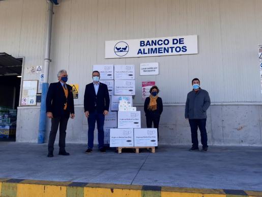 El alcalde José Hila ha hecho entrega de las mascarillas al Banco de Alimentos.