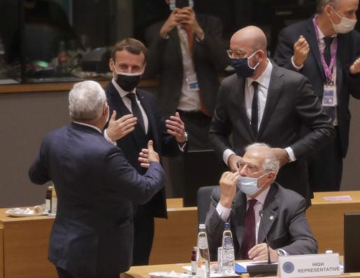 Emmanuel Macron, Charles Michel y Josep Borrell en el parlamento europeo.
