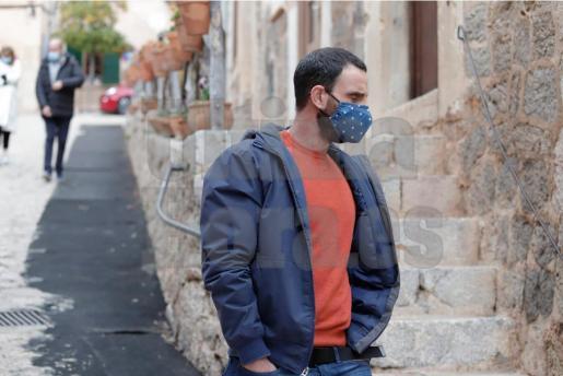 Rovira camina por las calles de Valldemossa para acudir a uno de los escenarios del rodaje.