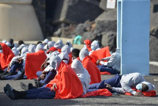 Una patera con 48 ocupantes, uno en estado grave, ha llegado este jueves al puerto de La Restinga, en el municipio de El Pinar en la isla de El Hierro.