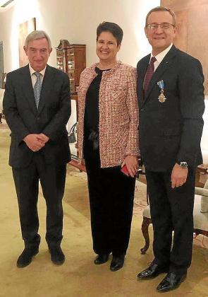 Bernat Cabot (a la derecha) junto a su esposa Begoña Cereceda y al embajador de España en China, el mallorquín Rafael Dezcallar.