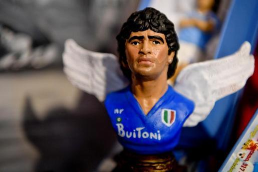 Figuras del futbolista fallecido Diego Maradona colocados en un pesebre de la vía de San Gregorio Armeno dedicado a Maradona, en Nápoles.
