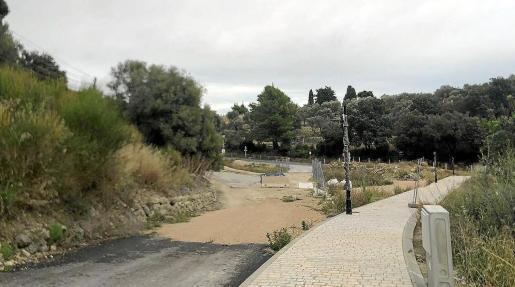 El camino del cementerio, en el que ya se ha construido una acera, será la vía de salida de Selva hacia la carretera.