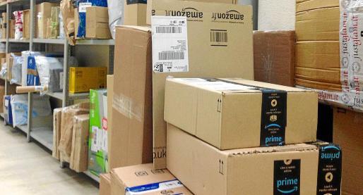 Paquetes de Amazon en el centro de Correos de la Isla, donde la multinacional no dispone de centro logístico.