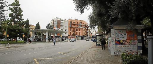 Arriba, imagen de la Plaça del Progrés, que el Consistorio quiere urbanizar y en la que se construirá otro estacionamiento subterráneo, una vez que haya desaparecido la actual gasolinera.