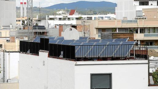 Las Islas cuentan con cerca de 2.000 instalaciones fotovoltaicas inscritas en el registro de autoconsumo, según datos de la Direcció General d Energia i Canvi Climàtic. Son las que están en los tejados de particulares, pequeñas y medianas empresas, y edificios públicos.