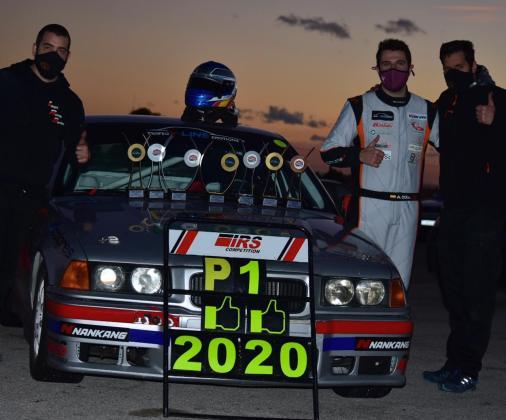 Albert Coll posa con su equipo y su coche tras finalizar la competición.