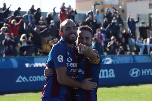 Imagen de la celebración del tercer gol del Poblense.
