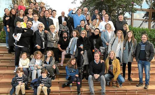 Pacita Ferrer (agachada con chaqueta marrón) en Binicomprat el 26 de diciembre de 2019, con todos sus familiares.