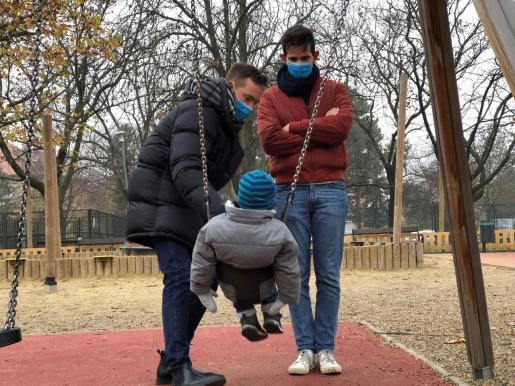 Las minorías afectadas, en pie de guerra. Imagen de archivo de una pareja con su hijo en un parque de la capital.
