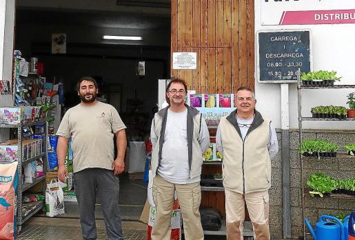 Los hermanos Jaume y Colau Bordoy, en la puerta de su negocio, junto al empleado Toni Cortés (a la izquierda).