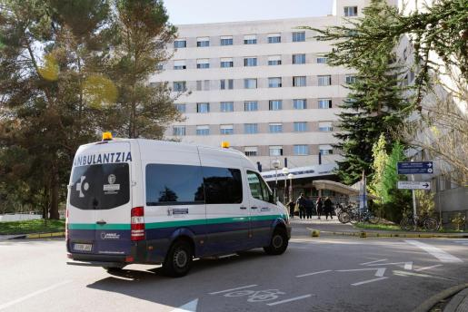 Imagen del hospital de Txagorritxu este martes en Vitoria donde Osakidetza está realizando un cribado preventivo a casi toda la plantilla del centro tras detectarse varios casos positivos en covid en el área de hospitalización.