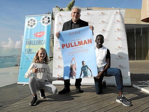 El cineasta Toni Bestard junto a los protagonistas de 'Pullman'.