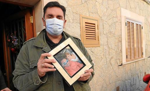 Toni, que vive en el municipio de Andratx, sostiene una foto de él junto a Ana.