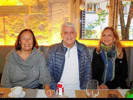 Pepe Oliver con Carmen Colom y Nina Iglesias en S'Olivar.