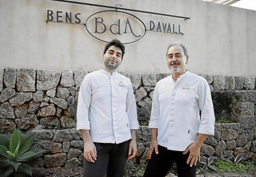 Benet Vicens, a la derecha, con su hijo Jaume, a la entrada del restaurante, que en 2021 cumplirá sus 50 años de existencia tras haber sido fundado por sus padres en 1971.