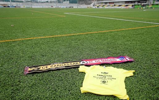 Una bufanda y una camiseta conmemorativas, sobre el césped de Es Moleter que esta tarde recibirá al Atlético de Madrid.