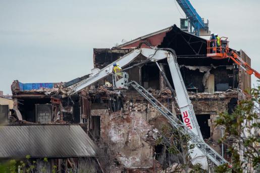 Trabajos de derribo de la nave de Badalona (Barcelona) incendiada la pasada semana. En las últimas horas se ha encontrado los restos mortales de una cuarta víctima en el trágico suceso.