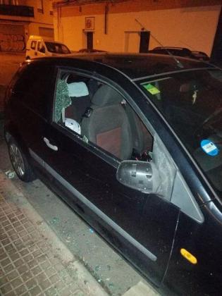 Uno de los coches destrozado en Pere Garau.