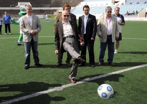 Rafael Fita realizó el saque de honor en el 50 aniversario de la inauguración del Estadi Balear, donde él marcó el primer gol.